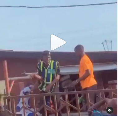 Man breaks bottle on policeman's head (video)